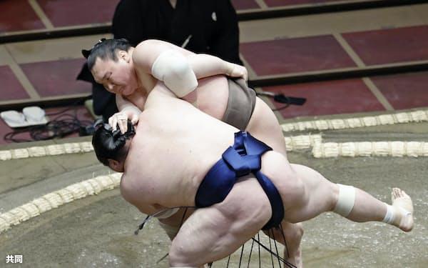 白鵬(奥)が小手投げで宝富士を下す(15日、両国国技館)=共同