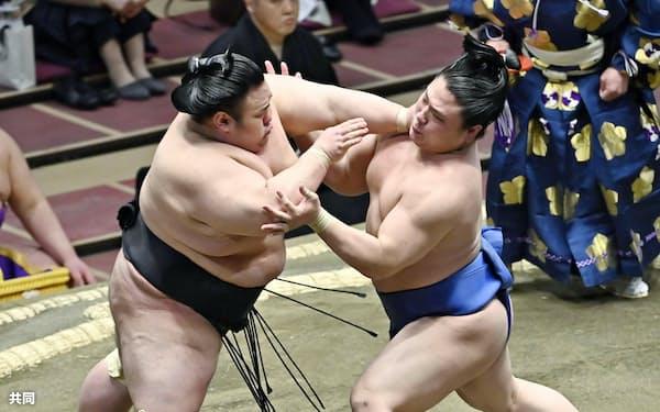 貴景勝(左)の攻めをこらえる若隆景(16日、両国国技館)=共同