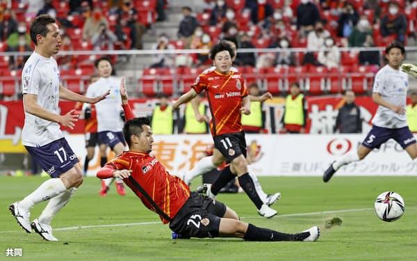 名古屋―横浜FC 後半、先制ゴールを決める名古屋・前田=25(17日、豊田)=共同
