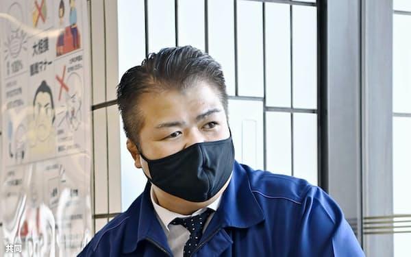 業務に復帰した三保ケ関親方(18日、両国国技館)=共同