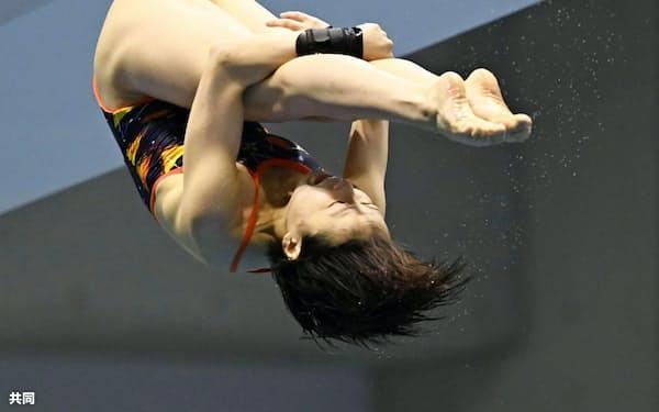 女子高飛び込み決勝 1位の荒井祭里の演技(20日、金沢プール)=共同