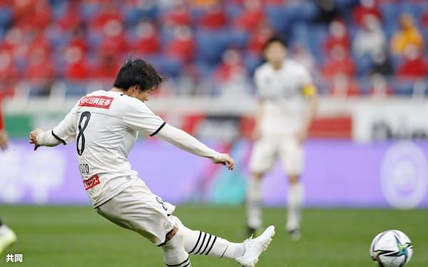 浦和―川崎 後半、チーム5点目のゴールを決める川崎・脇坂(21日、埼玉スタジアム)=共同