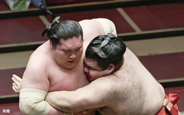 照ノ富士(左)を攻める高安。寄り切りで破る(21日、両国国技館)=共同