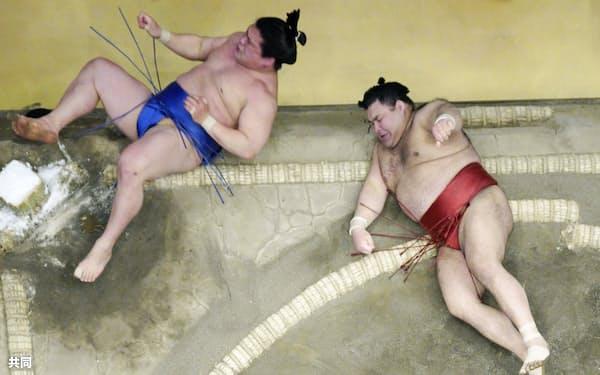 若隆景(左)に寄り倒しで敗れた高安(26日、両国国技館)=共同