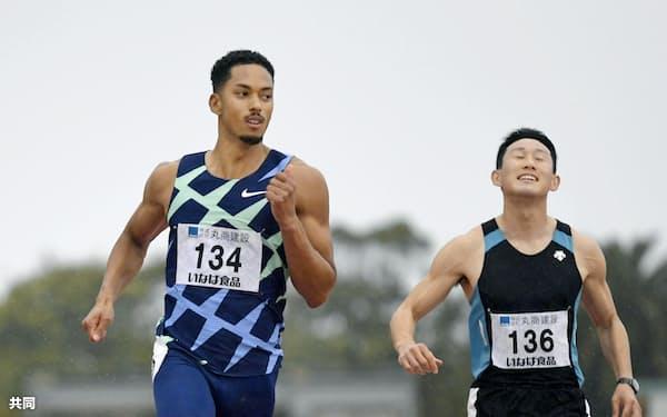 男子100メートル特別レース 10秒35で全体トップだったケンブリッジ飛鳥=左(28日、ひなた陸上競技場)=共同