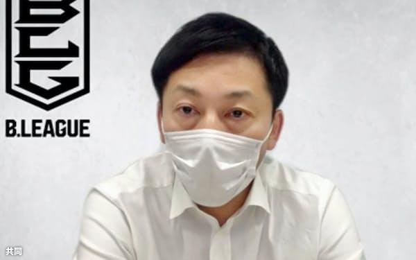 オンラインで記者会見する島田慎二チェアマン(1日)=共同