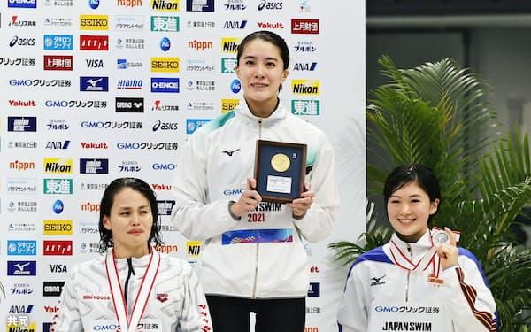 女子400メートル個人メドレーで優勝した大橋悠依。右は2位の谷川亜華葉。左は3位の清水咲子(3日、東京アクアティクスセンター)=共同