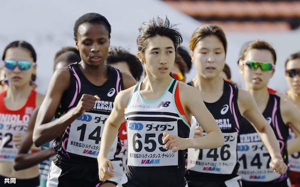 女子3000メートル(タイムレース) 8分57秒27で1位となった田中希実=手前(3日、駒沢陸上競技場)=共同