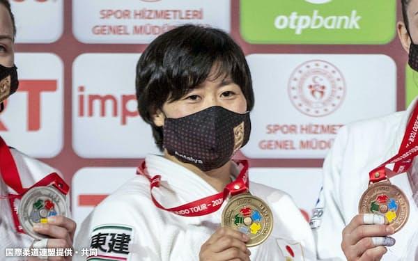 女子78キロ級で優勝し、金メダルを手にする浜田尚里(3日、アンタルヤ)=国際柔道連盟提供・共同