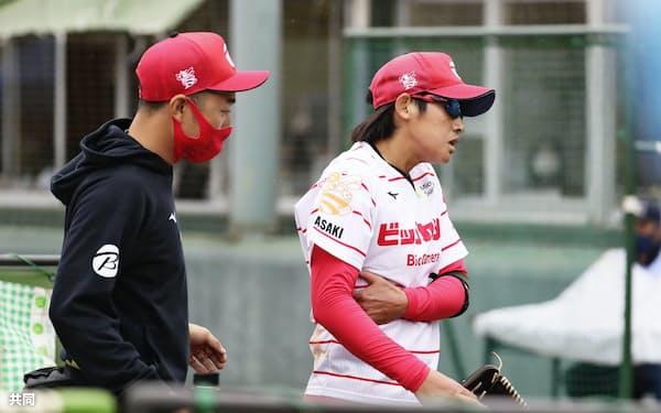 豊田自動織機戦の9回途中、右脇腹を痛めて降板するビックカメラ高崎・上野=右(4日、ベイコム野球場)=共同