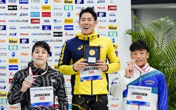 男子200メートルバタフライで優勝し笑顔の本多灯。左は2位の瀬戸大也、右は3位の森本哲平(6日、東京アクアティクスセンター)=共同