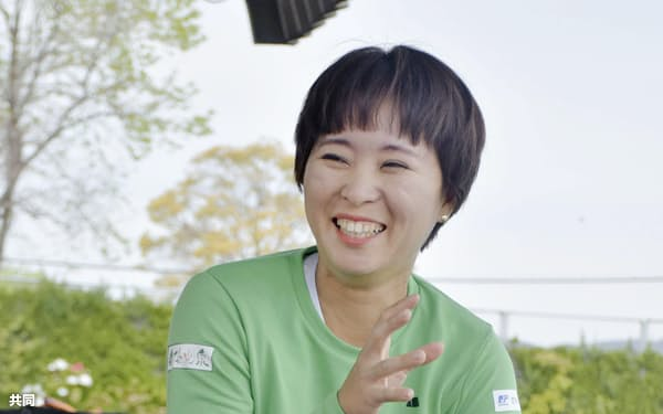 取材に応じる車いすテニス女子の大谷桃子(8日、佐賀市)=共同