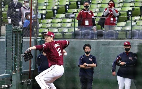 試合前のブルペンで投球練習する楽天・田中将=左(8日、メットライフドーム)=共同