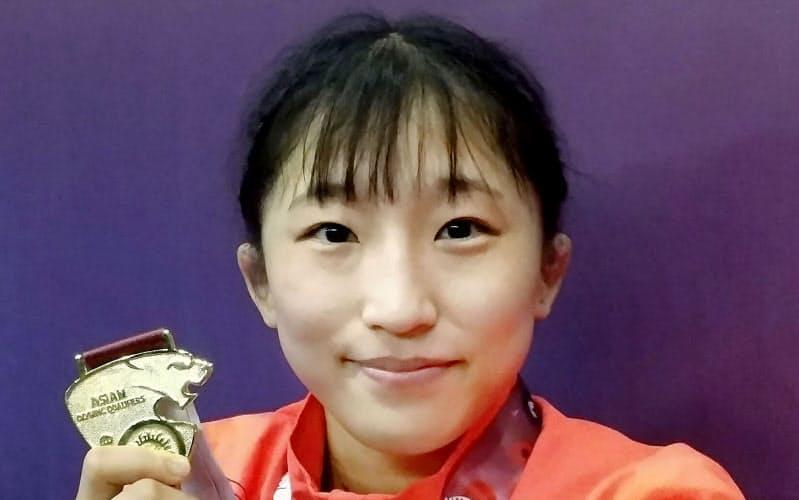 女子50キロ級で1位になり、メダルを手にする須崎優衣(10日、アルマトイ)=日本レスリング協会提供・共同