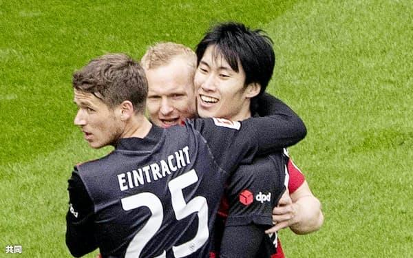 ウォルフスブルク戦の前半、同点ゴールを決めチームメートから祝福されるEフランクフルトの鎌田=右(10日、フランクフルト)=共同