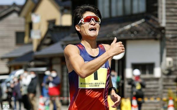 男子50キロ 3時間38分42秒で優勝し、東京五輪代表に決まった丸尾知司(11日、石川県輪島市)=共同