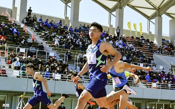 男子100メートル決勝 10秒04(追い風参考)で優勝した小池祐貴(手前)。左端は2位の多田修平(11日、島根県立浜山公園陸上競技場)=共同