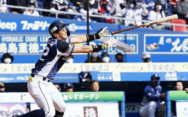 5回西武1死三塁、山田が勝ち越しの右犠飛を放つ(11日、ZOZOマリン)=共同