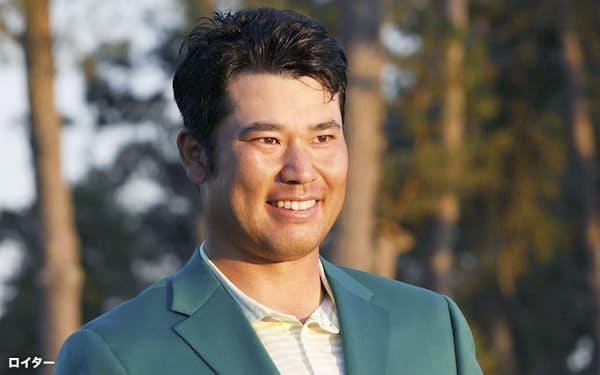 米ゴルフのマスターズ・トーナメントで、日本男子初のメジャー制覇を果たし、トロフィーを手に笑顔の松山英樹(11日、米ジョージア州のオーガスタ・ナショナルGC)=ロイター