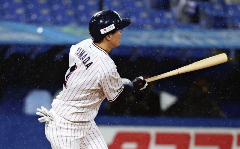 7回ヤクルト無死、山田が左越えにこの試合2本目の本塁打を放つ(14日、神宮)=共同