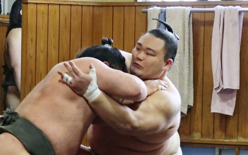 稽古する朝乃山(15日、東京都墨田区の高砂部屋)=代表撮影・共同