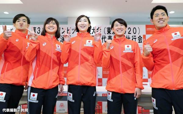 在籍する日本大の壮行会でポーズをとる、東京五輪代表に決まった競泳女子の池江璃花子(中央)ら(17日、東京都世田谷区)=代表撮影・共同