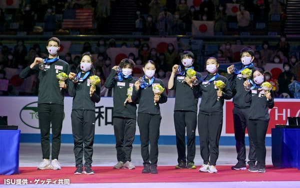 順位点合計で3位となり、表彰式でメダルを手にする日本チーム。(左から)小松原尊、小松原美里、宇野昌磨、紀平梨花、羽生結弦、坂本花織、木原龍一、三浦璃来(17日、丸善インテックアリーナ大阪)=ISU提供・ゲッティ共同