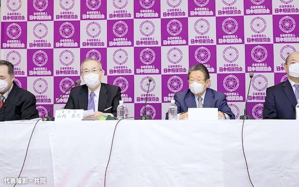 記者会見する「大相撲の継承発展を考える有識者会議」の山内昌之委員長(左から2人目)、日本相撲協会の八角理事長(右端)ら(19日、東京・両国国技館)=代表撮影・共同