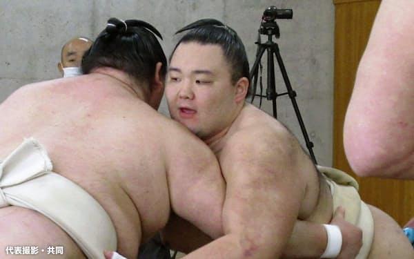合同稽古で相撲を取る朝乃山=右(19日、両国国技館内の相撲教習所)=代表撮影・共同