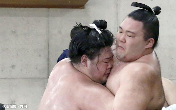 朝乃山(右)の胸を借り、稽古する明生(21日、両国国技館内の相撲教習所)=代表撮影・共同