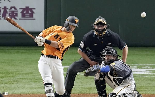 6回巨人2死一、二塁、吉川が左前に勝ち越し打を放つ。捕手梅野(21日東京ドーム)=共同