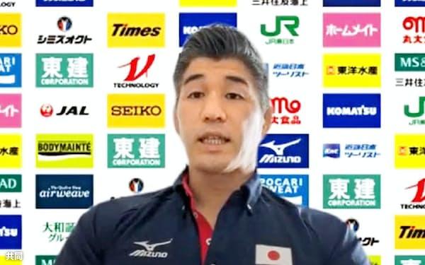 オンラインで取材に応じる柔道日本男子の井上康生監督(22日)=共同