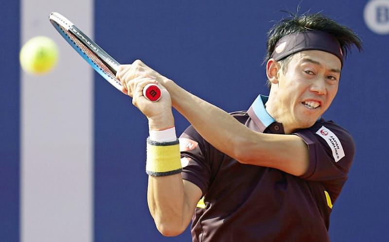 シングルス3回戦でラファエル・ナダルに敗れた錦織圭(22日、バルセロナ)=共同