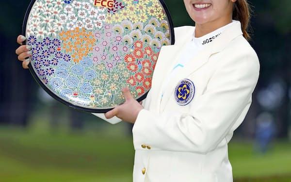 通算12アンダーで優勝し笑顔を見せる稲見萌寧(25日、川奈ホテルGC富士)=共同