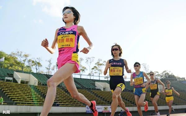 女子1万メートル 力走する前田穂南=左端(25日、神戸ユニバー記念競技場)=共同