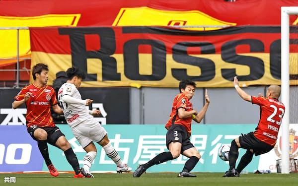 名古屋―川崎 前半、先制ゴールを決める川崎・旗手=左から2人目(29日、豊田)=共同