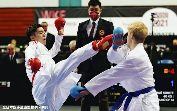 組手男子で対戦選手を攻める60キロ級の佐合尚人=左(30日、リスボン)=全日本空手道連盟提供・共同