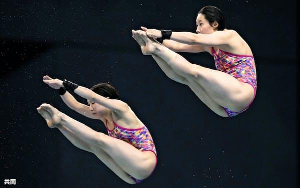 女子シンクロ高飛び込み決勝 板橋(右)、荒井組の演技=東京アクアティクスセンター