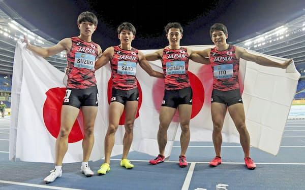 男子1600メートルリレーで銀メダルを獲得し、ポーズをとる日本チーム。左から鈴木碧、佐藤、川端、伊東(2日、ホジュフ)=ロイター