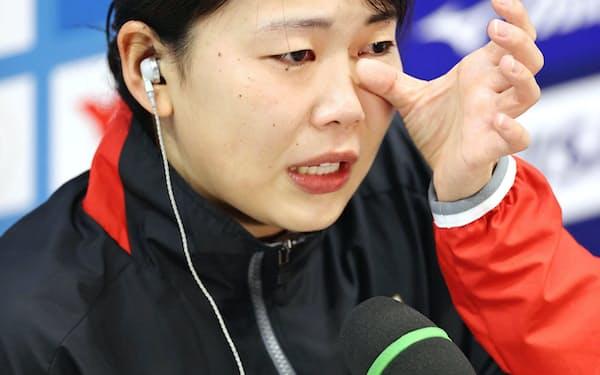 女子板飛び込み予選を終え、インタビューで涙ぐむ榎本遼香。準決勝進出を決め、東京五輪代表に事実上決定した(3日、東京アクアティクスセンター)=共同