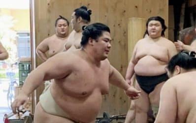 稽古で胸を出す宇良=左(3日、東京都墨田区の木瀬部屋)=日本相撲協会提供・共同