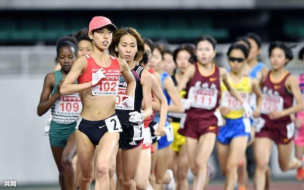 女子1万メートル 力走する(手前から)優勝した広中璃梨佳、2位の安藤友香。ともに東京五輪の参加標準記録を突破し代表に決まった(3日、静岡スタジアム)=共同