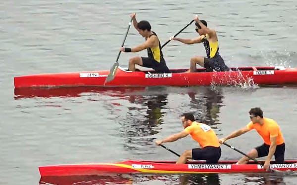 男子カナディアンペア1000メートル カザフスタンペア(手前)に惜敗し2位だった大城海輝(左)、当銘孝仁組。東京五輪出場枠を逃した(5日、パタヤ)=RCAT提供・共同