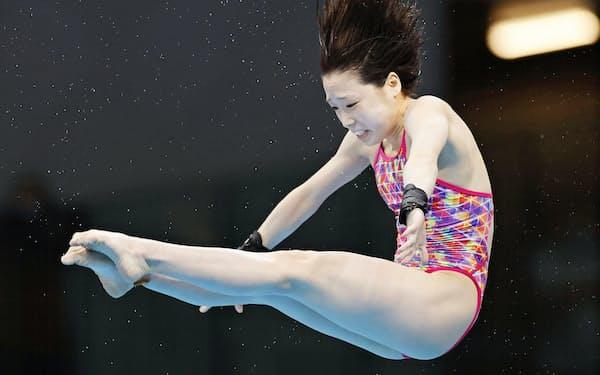 女子高飛び込み決勝 2位に入った荒井祭里の演技(5日、東京アクアティクスセンター)=共同