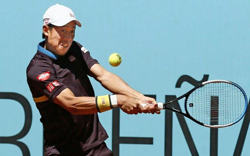 男子シングルス2回戦 アレクサンダー・ズベレフに敗れた錦織圭(5日、マドリード)=共同