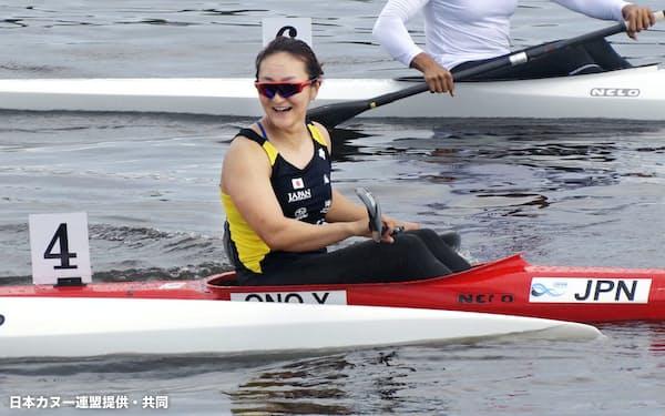 カヌー・スプリント女子カヤックシングル200メートルで2位となって五輪出場枠を獲得し、笑顔を見せる小野祐佳(6日、パタヤ)=日本カヌー連盟提供・共同