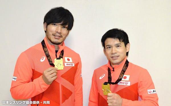 レスリングの東京五輪世界最終予選で1位になり、メダルを手にする男子フリー86キロ級の高谷惣亮(左)と57キロ級の高橋侑希(7日、ソフィア)=日本レスリング協会提供・共同