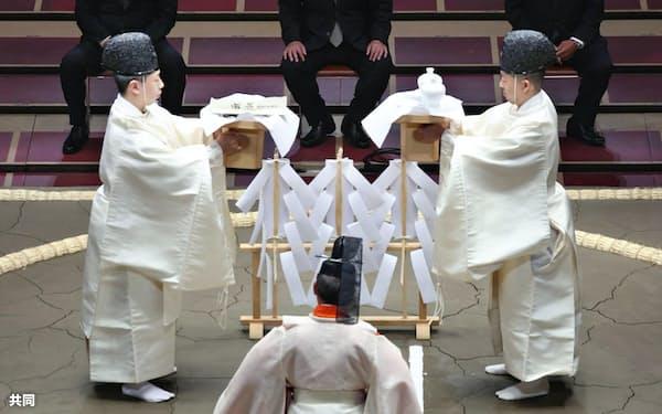 東京・両国国技館で行われた大相撲夏場所の土俵祭り。奥中央は八角理事長(8日)=共同