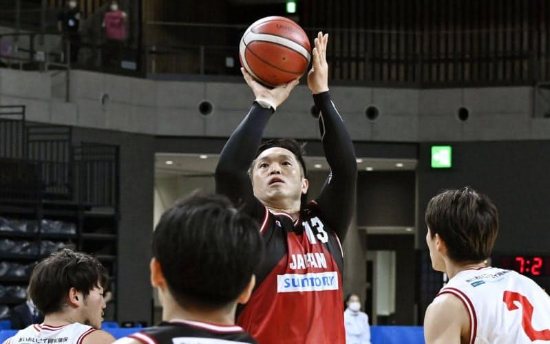 車いすバスケットボール男子日本代表候補の強化試合でシュートを放つ藤本(9日、有明アリーナ)=共同