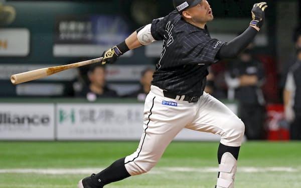 4回ロッテ1死、レアードが右越えに2打席連続本塁打を放つ(11日、ペイペイドーム)=共同